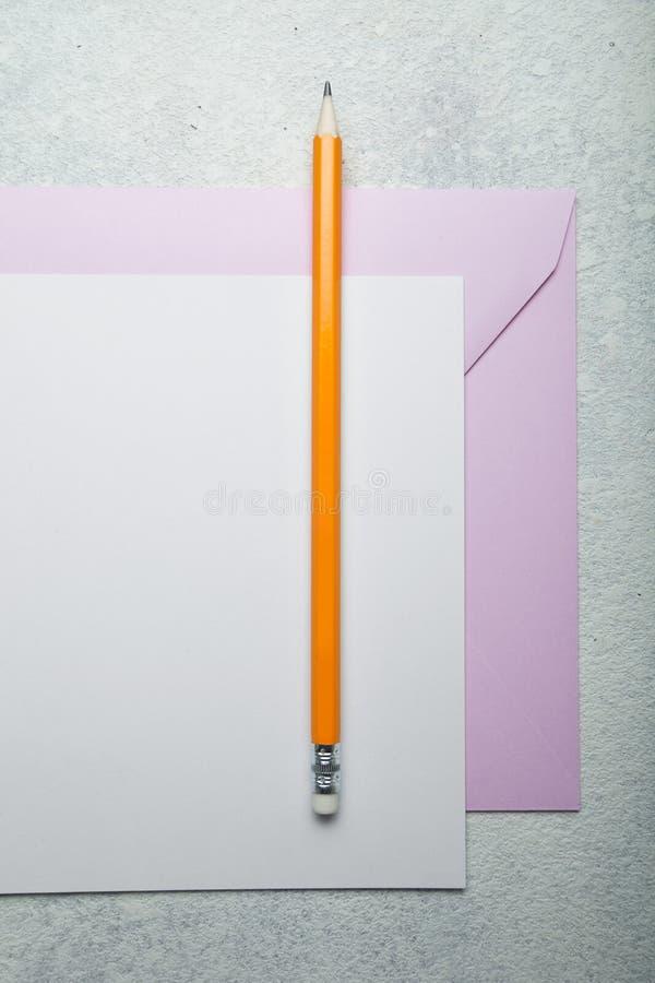Das Konzept des Papierschreibens Bleistift, Papier und rosa Umschlag auf weißem Weinlesehintergrund stockbild
