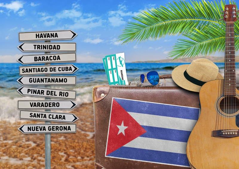 Das Konzept des Sommers reisend mit altem Koffer und Kuba-Stadt unterzeichnen lizenzfreie stockbilder
