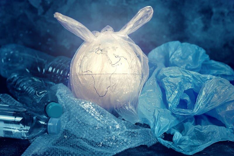 Das Konzept des Weltumwelttags Die Erde in einer Plastiktasche stockbilder