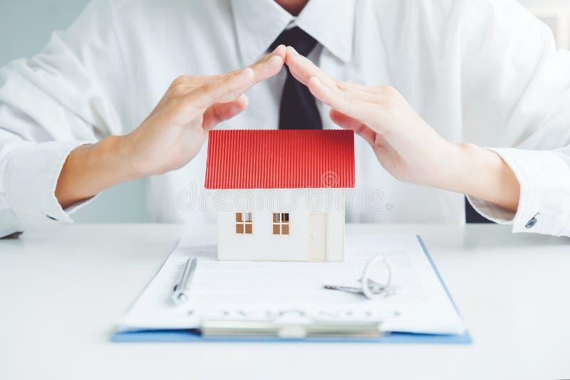 Das Konzept des Wohneigentum Verkaufsmittel Insurance Home-Schutzkonzeptes stockbild