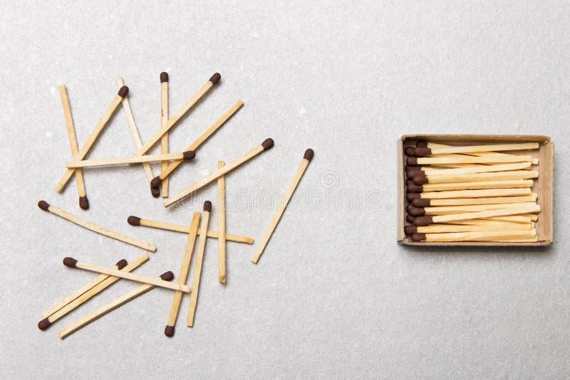 Das Konzept von Chaos und von Bestellung Chaotisches Match packt herum liegen mit der Bestellung des Staplungsmatches ein stockfotos