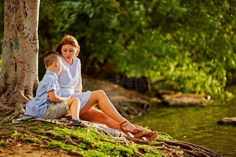 Das Konzept von Familienwerten, die Erziehung von Kindern lizenzfreie stockbilder