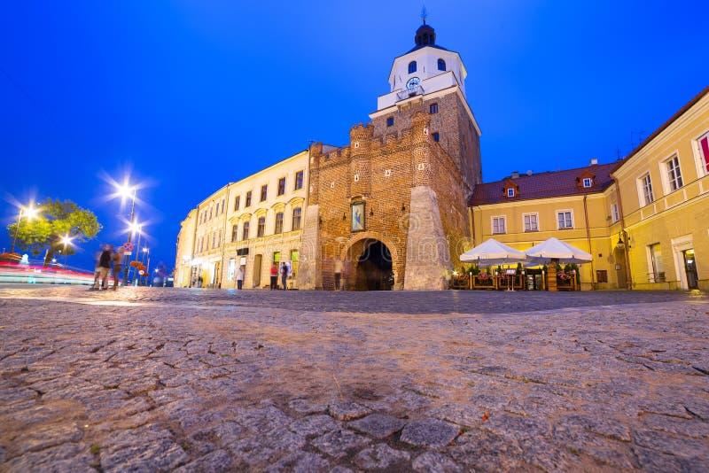 Das Krakau-Tor der alten Stadt in Lublin nachts stockbilder