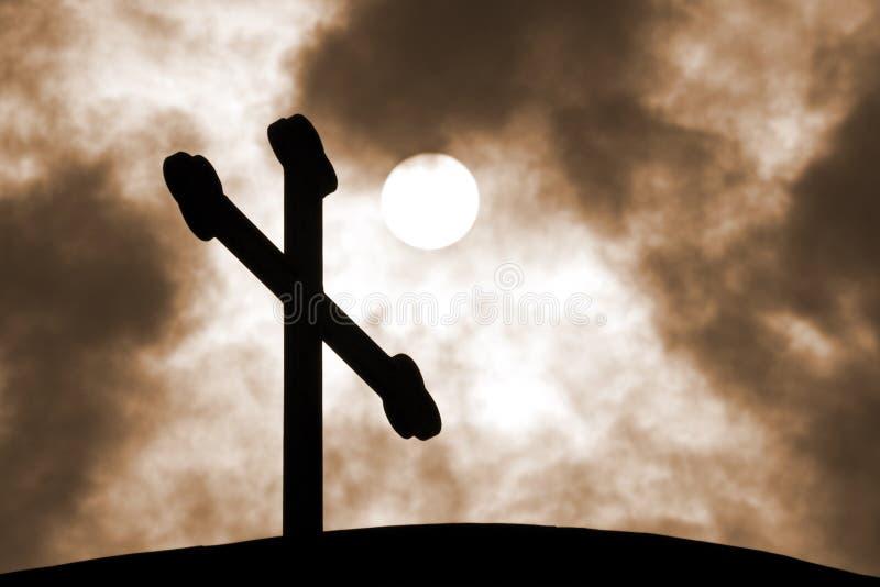 Das Kreuz auf dem Hintergrund des bewölkten Himmels lizenzfreie stockbilder