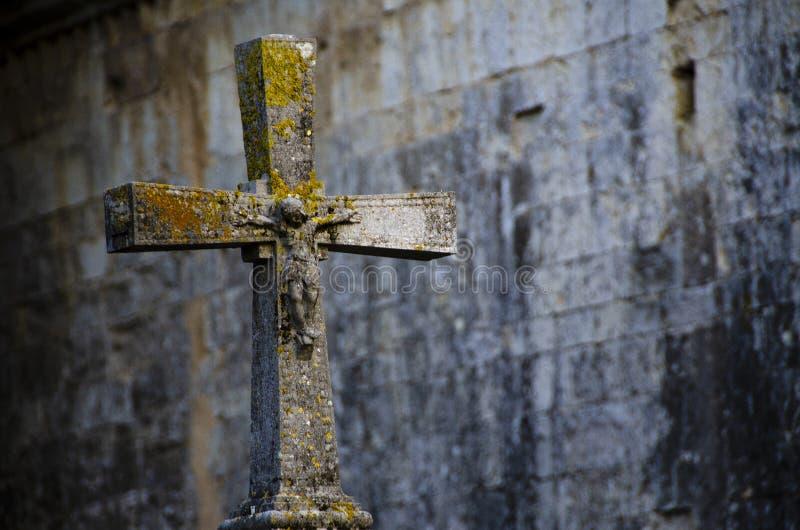 Das Kreuz - ein Brunnen im Kloster eines Mannes, vom heiligen Wasser der Blendenöffnungsflüsse stockfoto