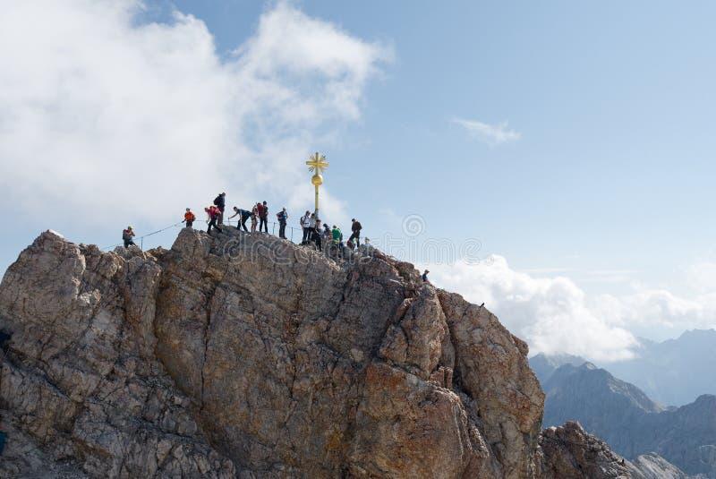 Das Kreuz oben auf das Zugspitze lizenzfreie stockfotografie
