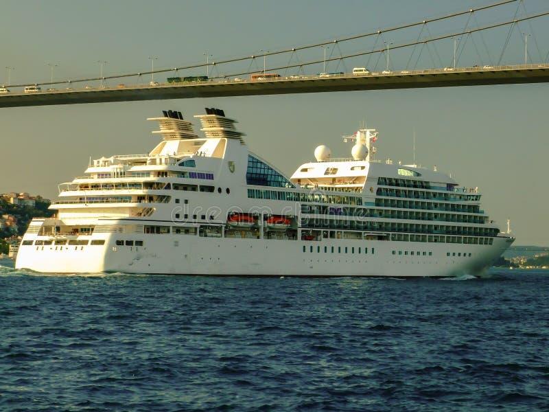 Das Kreuzschiff unter Bosphorus-Brücke, Istanbul, die Türkei lizenzfreie stockfotografie