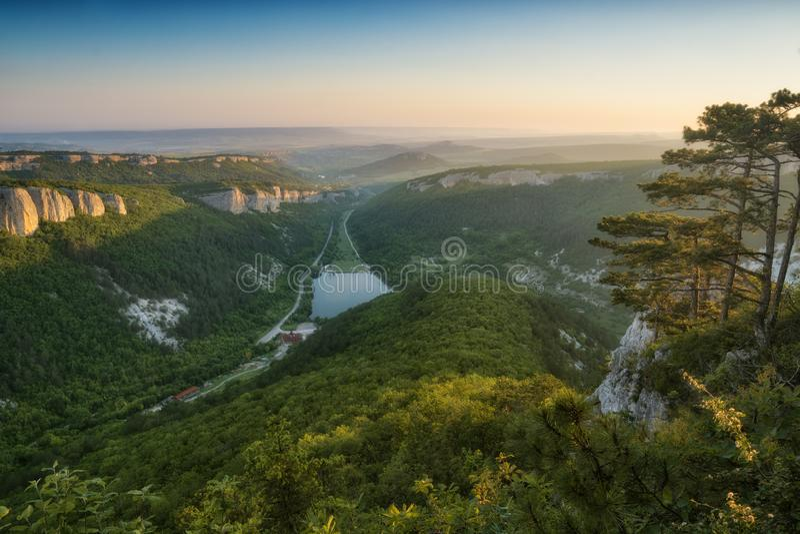 Das Krim-Tal in einem Licht des aufgehende Sonne lizenzfreie stockbilder