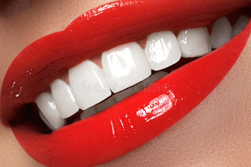 Das Lächeln der makro glücklichen Frau mit den gesunden weißen Zähnen, helles Rot L stockfotografie