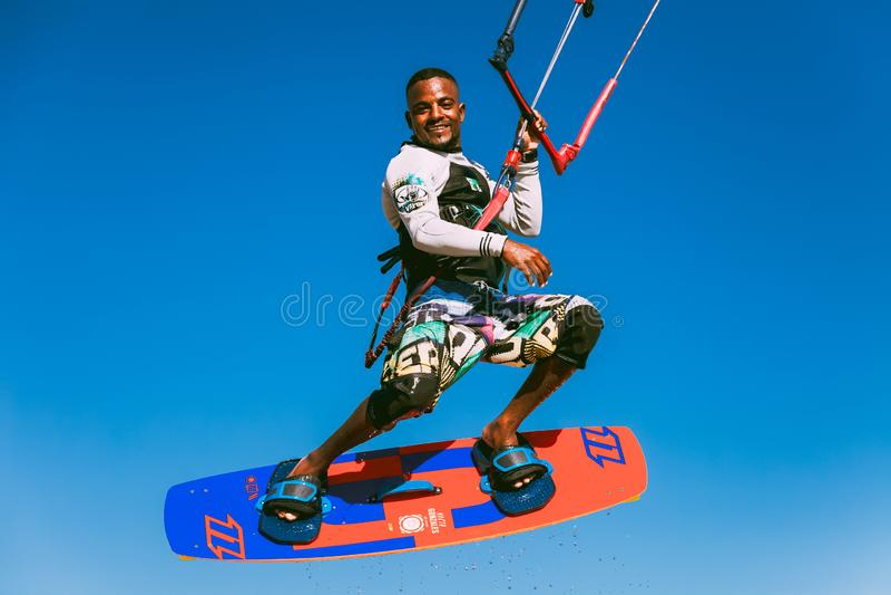 Das lächelnde kiter im Himmel über dem Roten Meer lizenzfreies stockfoto