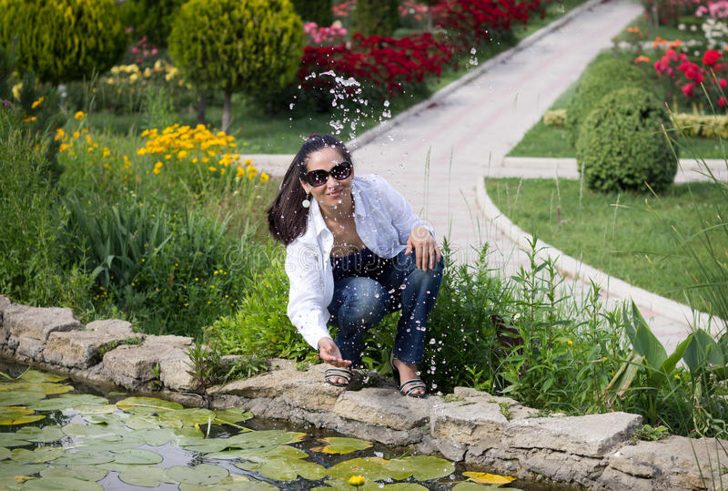 Das lächelnde Mädchen am Brunnen stockfoto