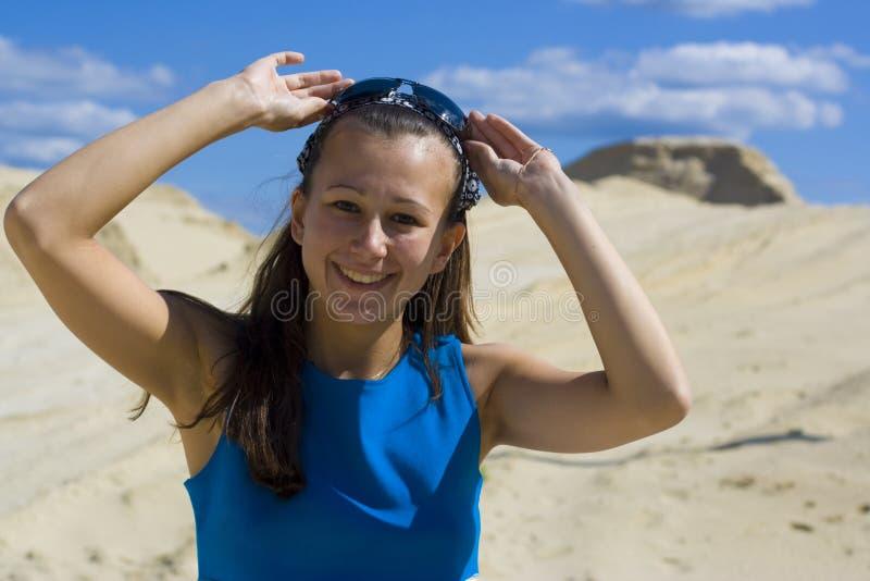 Das lächelnde Mädchen in einem blauen Kleid lizenzfreies stockbild