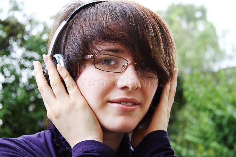 Das lächelnde Mädchen hört Musik 2 lizenzfreies stockfoto