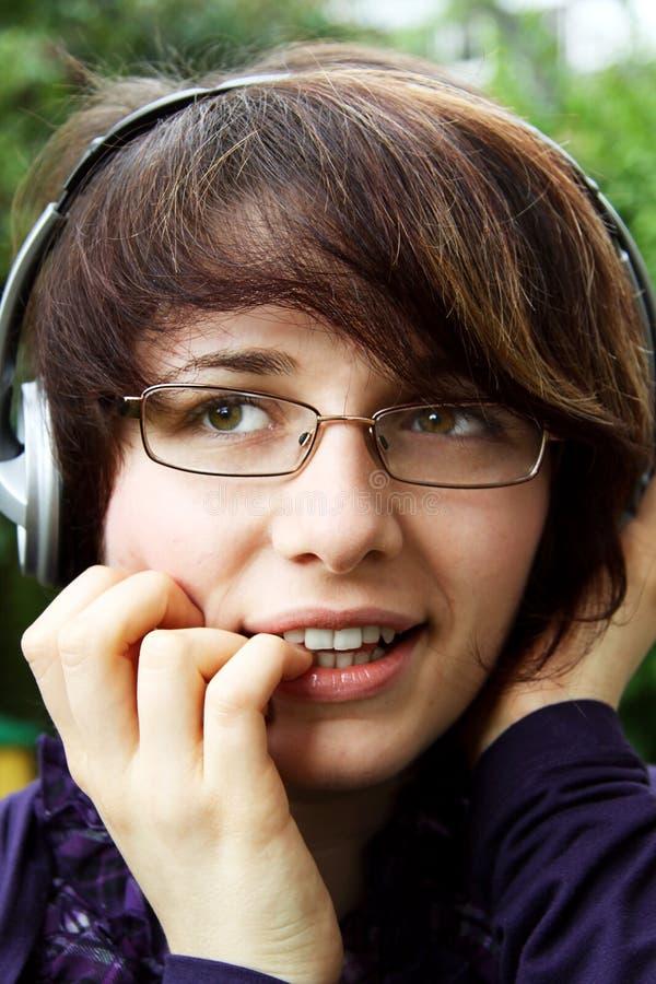 Das lächelnde Mädchen hört Musik 5 lizenzfreie stockfotos