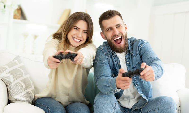 Das Lachen verbinden das Spielen von Videospielen durch Steuerkn?ppel stockfotos