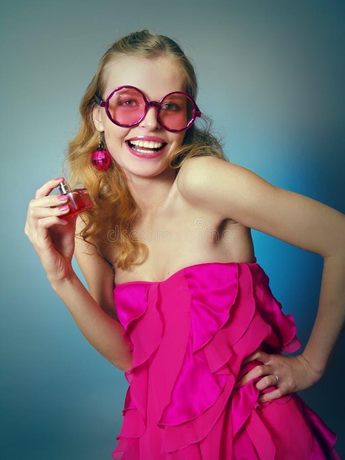 Das lachende schöne Mädchen in den rosafarbenen Gläsern lizenzfreies stockbild