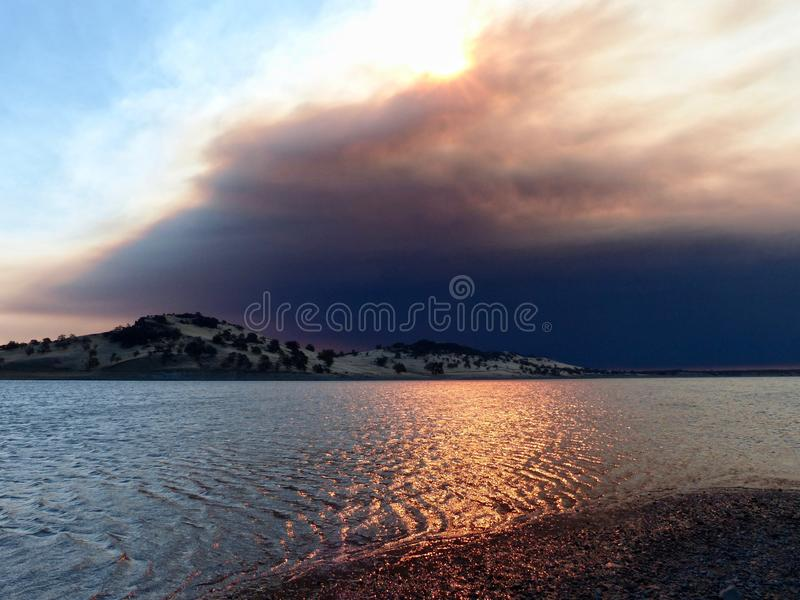 Das Lager-Feuer, wie vom schwarzen Butte See gesehen stockfotos