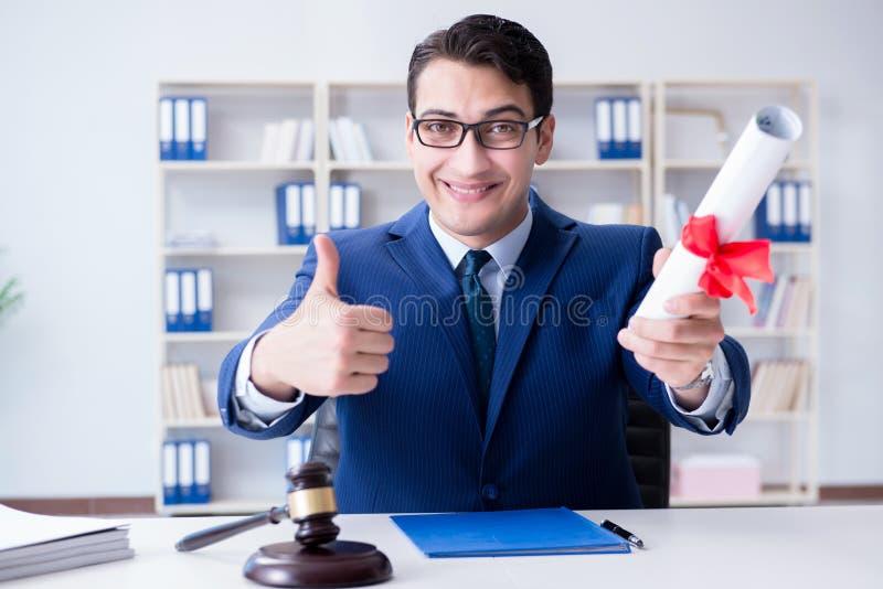 Das laywer mit Diplomrolle in Anwaltsberuf eductional Konzept stockfotos