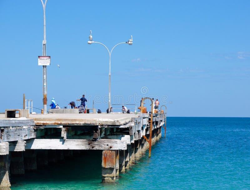 Das Leben des Fischers auf der Anlegestelle: Coogee-Strand, West-Australien stockfotografie