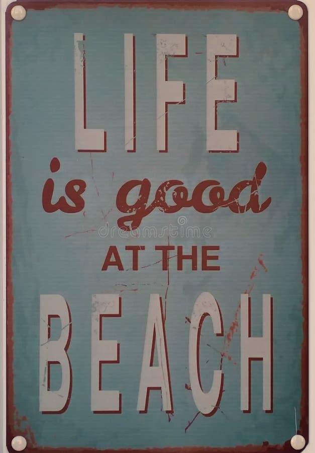 Das Leben ist am Strand gut verwittertes Retrostilzeichen lizenzfreies stockfoto