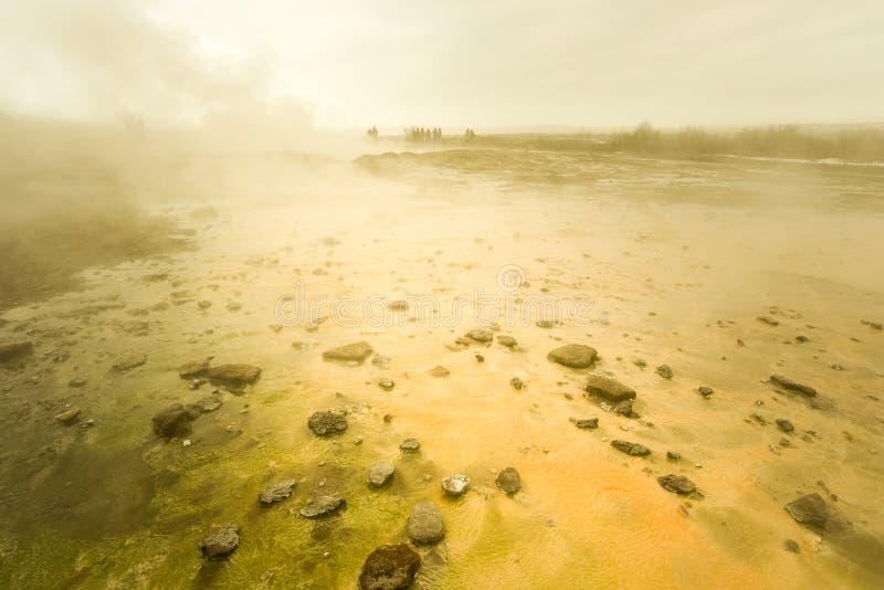 Das lebhafte Strokkur bei Geysir als Teil des goldenen Kreises auf Island lizenzfreies stockbild