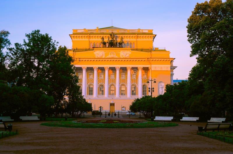 Das legendäre Alexandrinsky-Theater, völlig genannt vom russischen Zustand Academic A S Pushkin-Drama-Theater, Sommermorgenansich lizenzfreie stockfotos