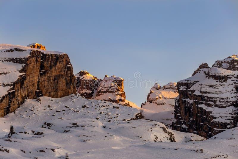 Das letzte Sonnenlicht auf dem Berg stockfotografie