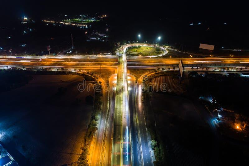 Das Licht auf dem Straßenkarussell an der Nachtvogelperspektive Beschneidungspfad eingeschlossen lizenzfreie stockbilder