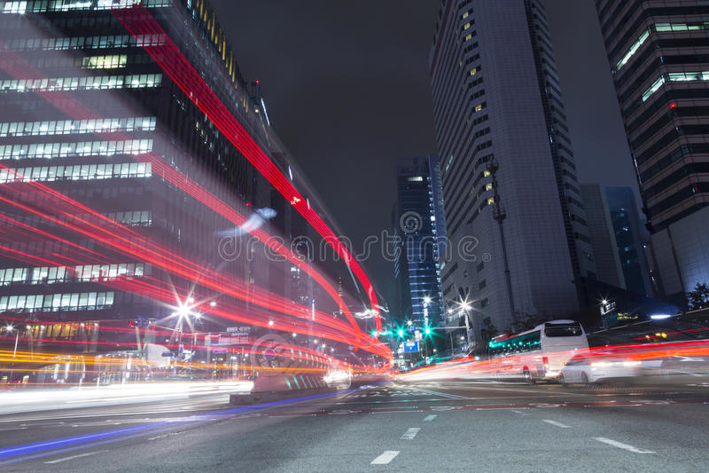Das Licht der Autos auf der Autobahn schleppt in Seoul, Korea stockbild