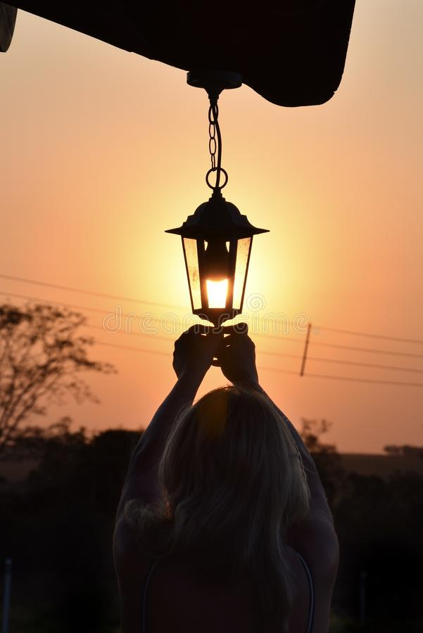 Das Licht der Laterne oder wirklich des Sonnenuntergangs? lizenzfreie stockfotos