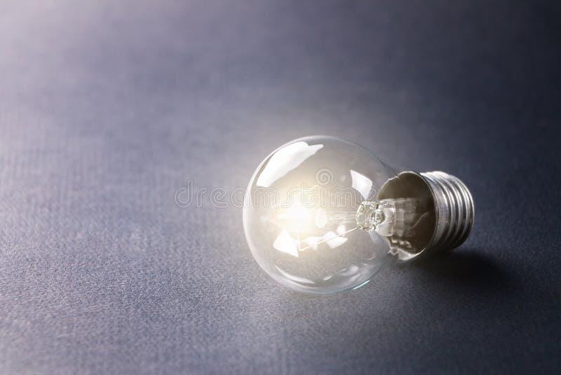 Das Licht glüht auf dem Tisch ohne Strom Nicht angeschlossen stockfotos