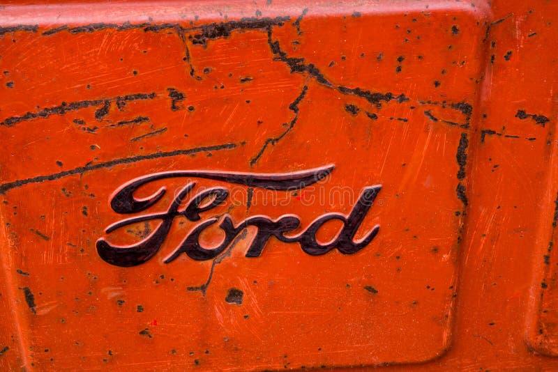 Das Logo der Ford Motor-Firma auf einem alten amerikanischen Traktor stockfotos