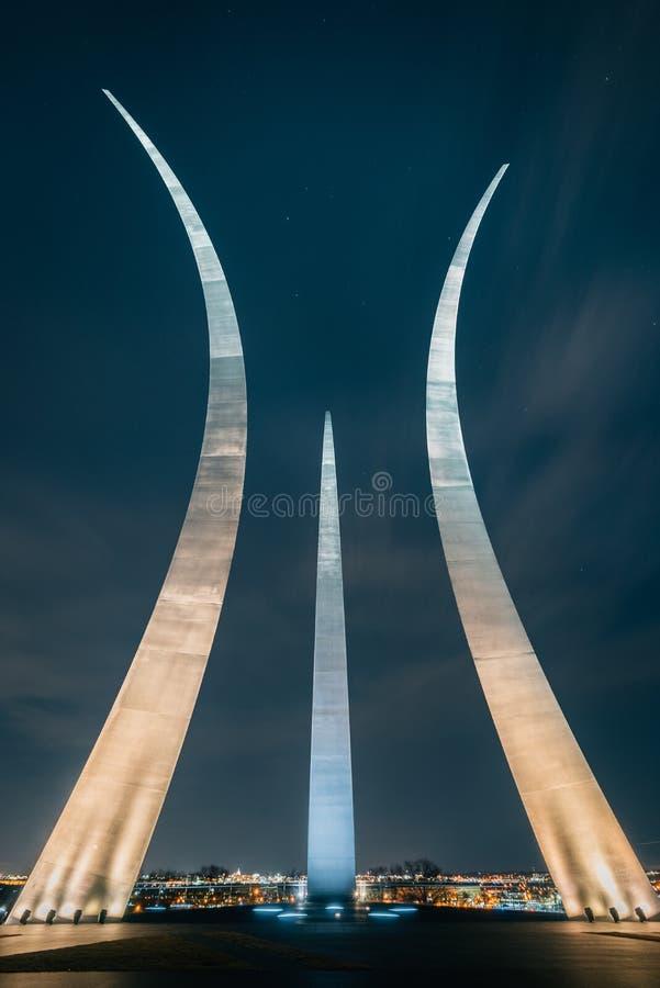 Das Luftwaffen-Denkmal nachts, in Arlington, Virginia stockbild