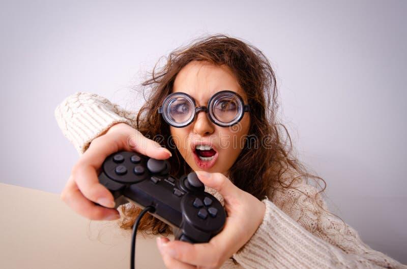 Das lustige Sonderlingsmädchen, das an Computer arbeitet stockbilder