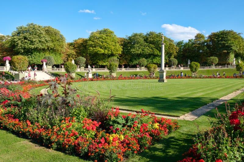 Das Luxemburg arbeiten in Paris an einem schönen Sommertag im Garten stockbild