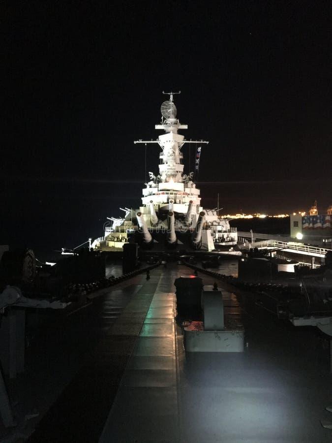 Das mächtige Schlachtschiff nachts lizenzfreies stockfoto