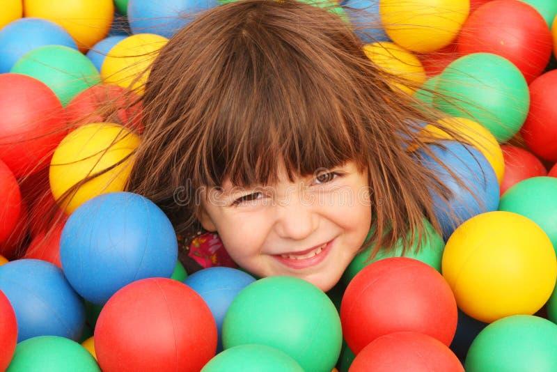 Das Mädchen auf dem Spielplatz stockfotografie