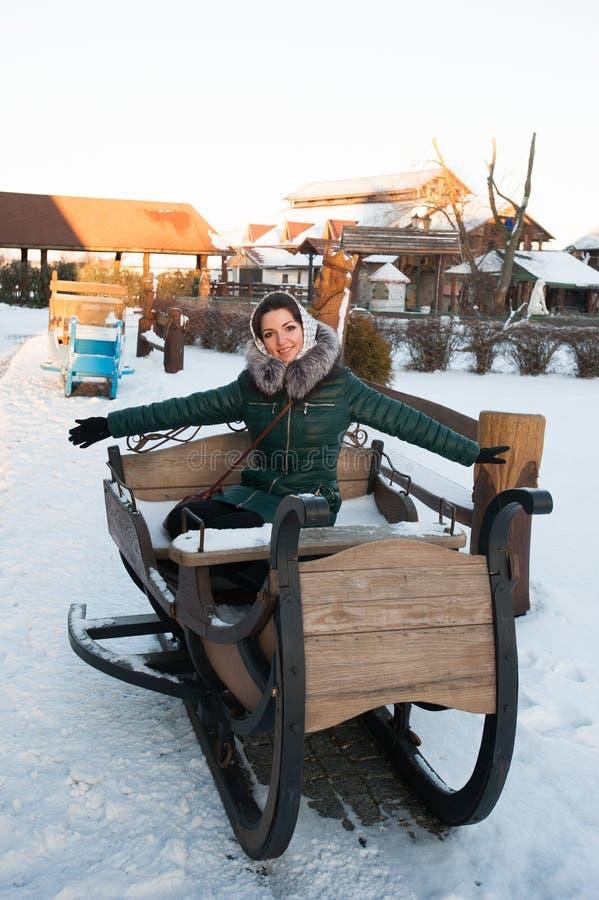 Das Mädchen auf dem Winterschlitten, großer Schlitten für das Ski fahren Mädchen, das einen Renpferdeschlitten reitet lizenzfreies stockfoto