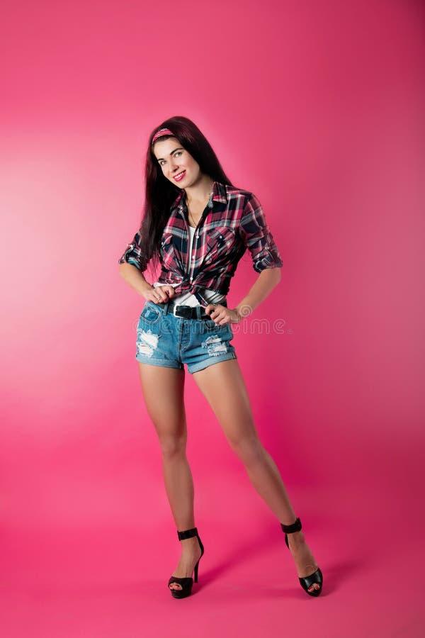 Das Mädchen auf einem rosa Hintergrund lizenzfreies stockbild