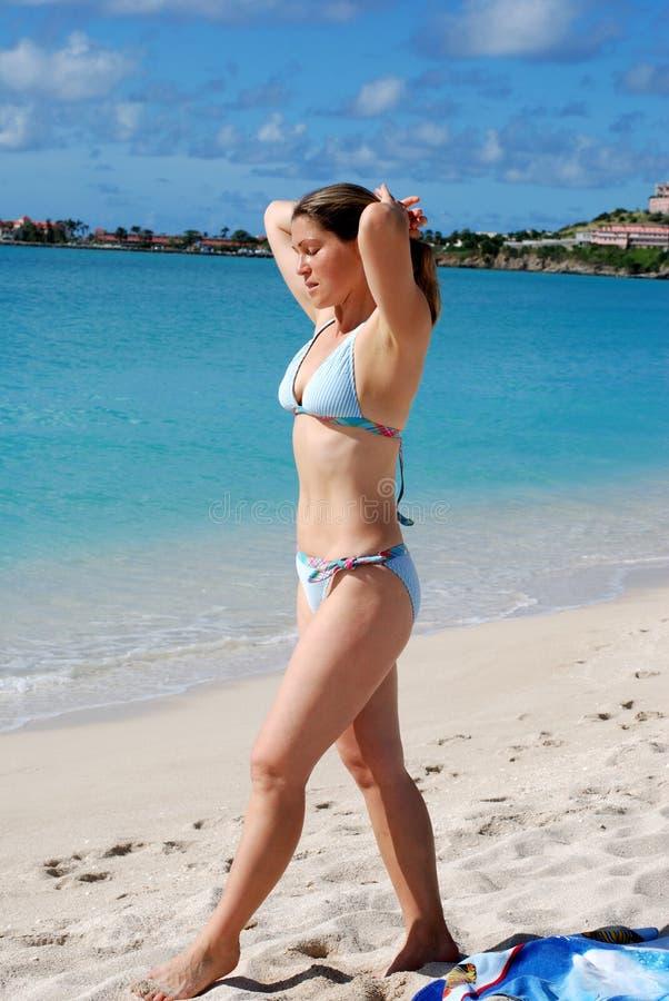 Das Mädchen auf einem Strand lizenzfreie stockfotografie