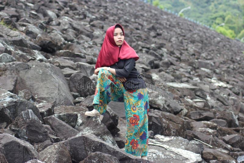 Das Mädchen auf Felsen stockbilder
