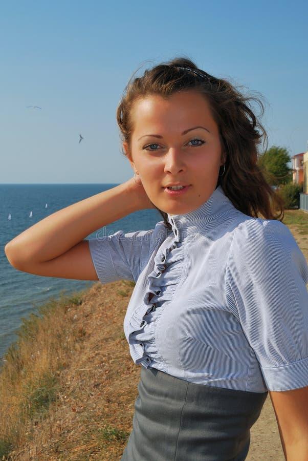 Das Mädchen auf Seeküste stockfotografie