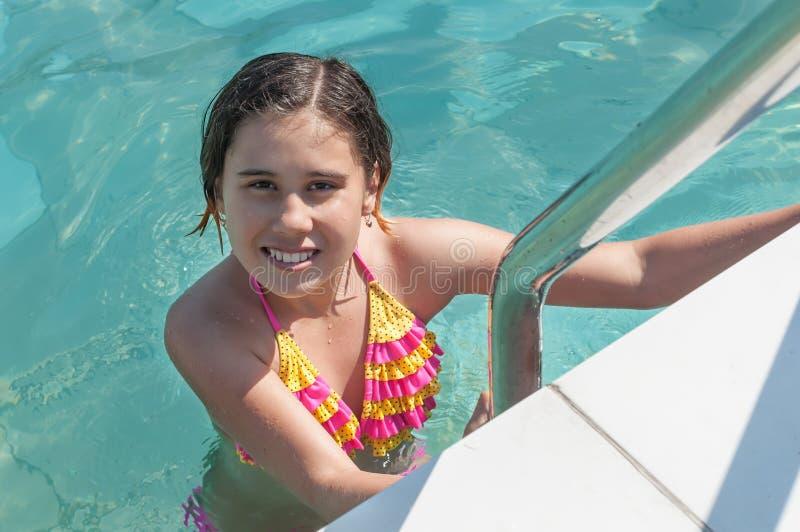 Das Mädchen badet im Pool stockfotos