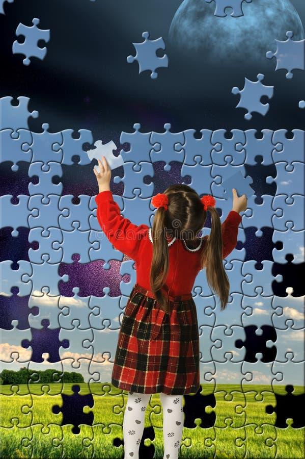 Das Mädchen bauen großes Puzzlespiel zusammen stockfotografie