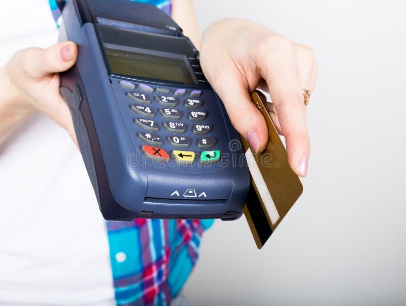 Das Mädchen, das einen Positions-Anschluss hält, Kunden zahlt mit Kreditkarte elektronisches Geld und Kreditkarteanschluß stockbild