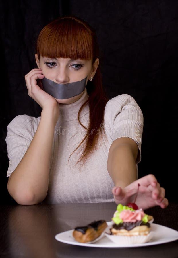 Das Mädchen, dem Mund mit trauriger schauender Platte mit des Bands versiegelte lizenzfreie stockfotografie