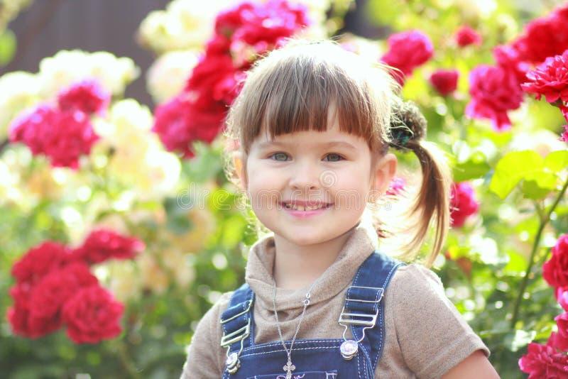 Das Mädchen in den Rosen lizenzfreies stockbild
