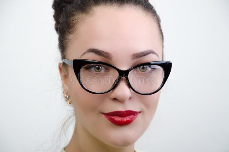 Das Mädchen in den schwarzen Gläsern stockbild