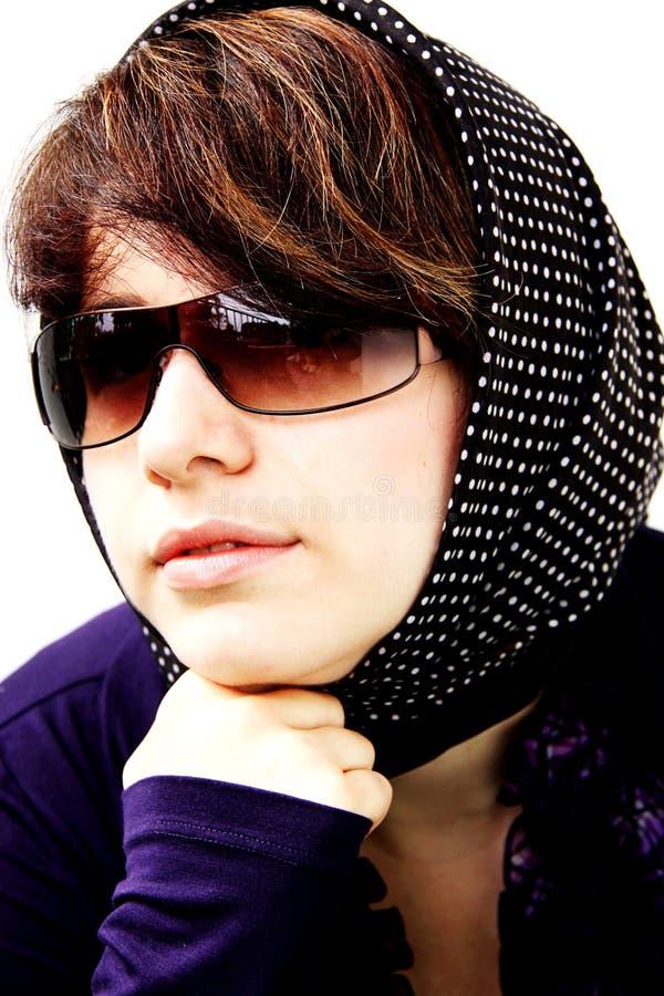 Das Mädchen in den Sonnegläsern und in einem Schal in Erbsen 3 stockbilder