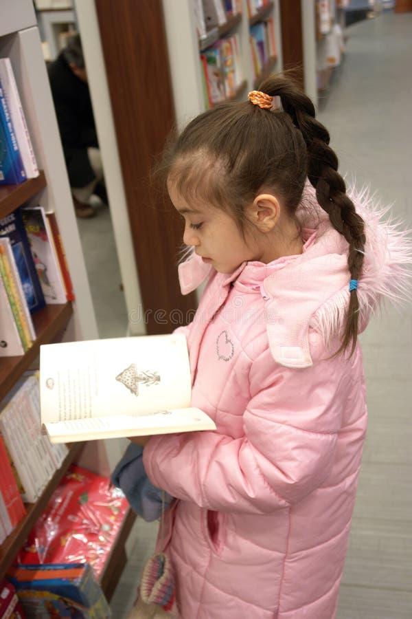 Das Mädchen in der Buchhandlung stockfotografie
